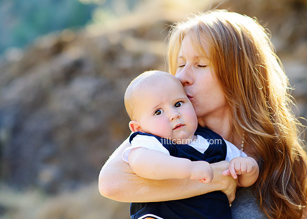 mommy kisses are the best for family pictures